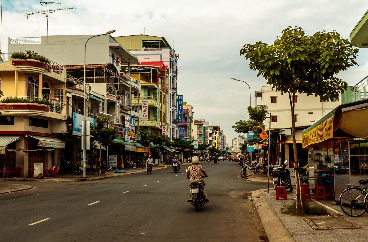 The main street of Hà Tiên.