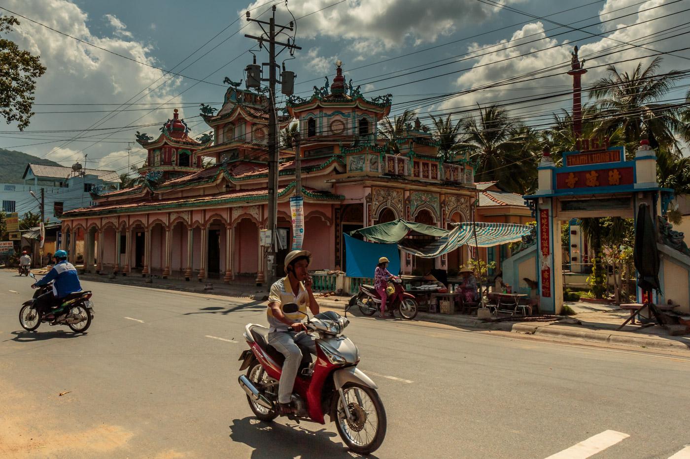 Funky temple in Tri Tôn.