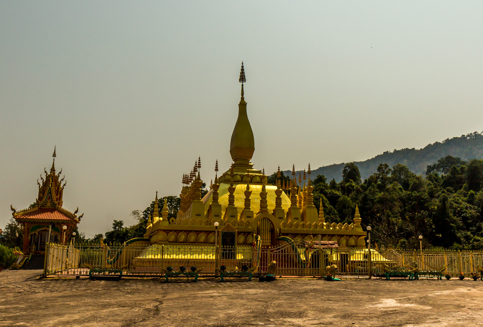 This temple looked like Pha That Luang.